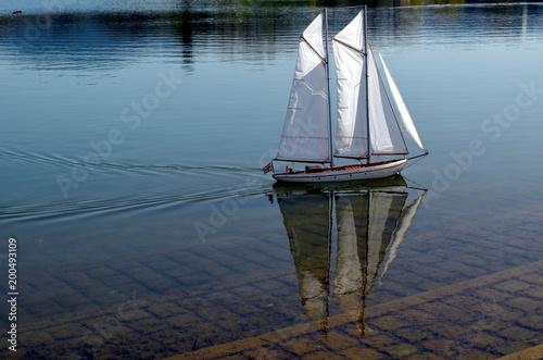 Wzorcowy żeglowanie statek na jeziorze