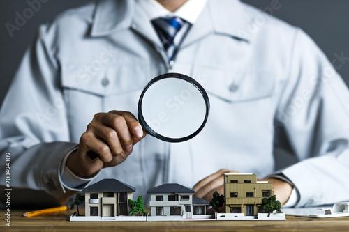 Mężczyzna patrząc na model mieszkalny z Lupka