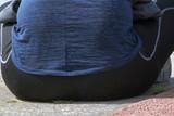 Femme assise, gros plan sur les fesses - 200495799