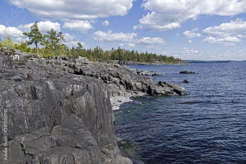 Strome granitowe brzegi Jeziora Ładoga. Karelia, Rosja.