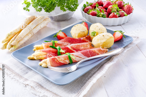 asparagus ham rolls with strawberries and hollandaise - 200515787