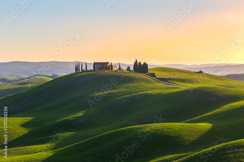 Foto Murales Tuscany, Italy. Spring landscape with rolling hills and green meadow.