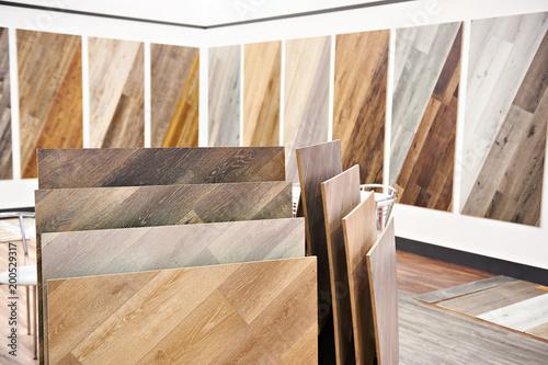 Dekoracyjne drewniane panele w sklepie