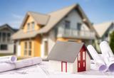 Baupläne mit Architekturmodell und Neubau - 200538756