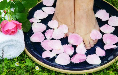 Fotobehang Pedicure Healthy feets, gesunde Füße, Fußbad, Fußpflege, Rosenblätter, Rose