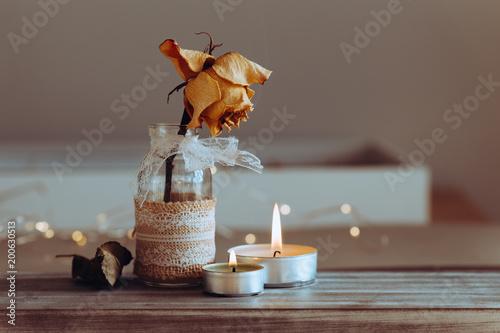 Brennende Kerzen auf Holz
