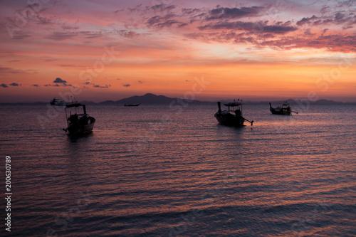 Keuken foto achterwand Ochtendgloren Boat on ocean sunrise