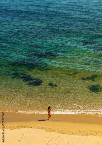Solitude femme sur la plage en train de téléphoner avec son portable - Solitude woman on the beach calling with her mobile phone