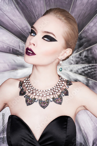 Aluminium womenART Woman with bright makeup and with set jewelry