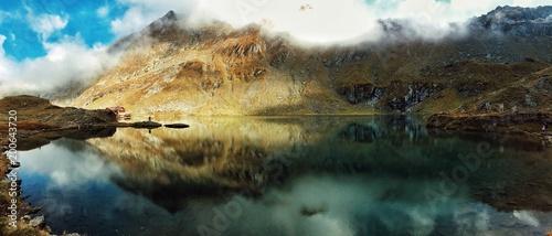 Poster Grijze traf. mountain lake reflection