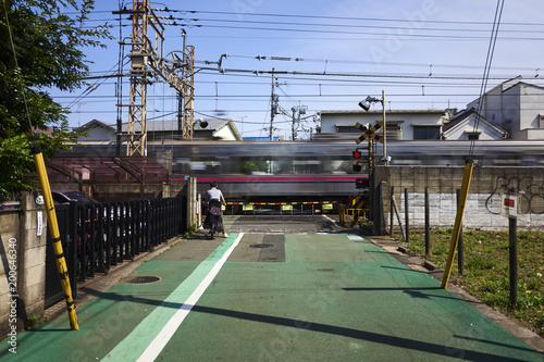In de dag Spoorlijn Passaggio a livello chiuso mentre passa il treno a Tokyo in Giappone.