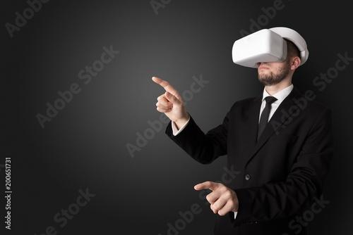 Biznesmen z białymi okularami vr w pustym pokoju bez tapety