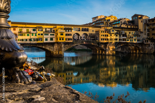 Deurstickers Toscane The Arno river and Ponte Vecchio bridge in Florence, Tuscany, Italy, Europe