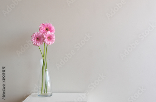 Wysocy różowi gerberas na małym stole