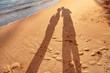 Ombres d'un couple qui s'embrasse sur la plage en vacance