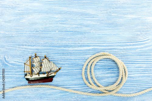 żaglówkę i liny morskie na niebieskim tle drewnianych. tło wakacje letnie