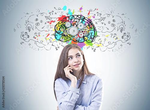 Marzycielska młoda kobieta w błękitnej koszula, cog mózg