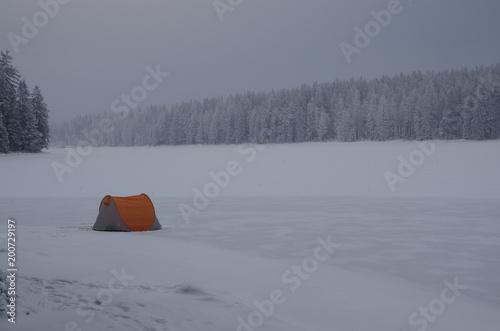 Fotobehang Donkergrijs Einsames Zelt auf einem zugefrorenen See im Winter bei Schnee im Harz