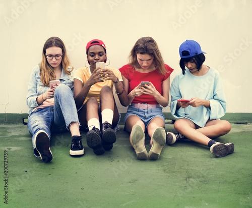 Grupa różnych kobiet z telefonu komórkowego