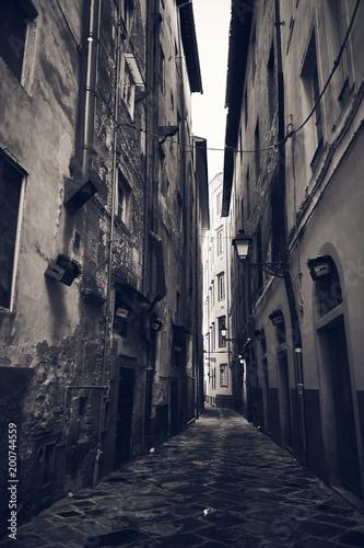 Plexiglas Smalle straatjes Schmale Gasse in Pisa, schwarz weiß