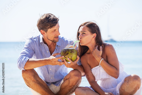 Foto Murales Couple drinking coconut cocktail