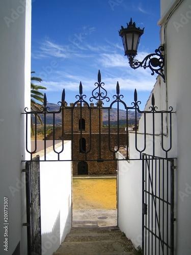 Ronda, escalier descendant vers les remparts, murailles de la Xijara, en Andalousie (Espagne)
