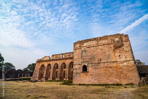 Foto Murales Mandu India, afghan ruins of islam kingdom, mosque monument and muslim tomb. View through door, Hindola Mahal.