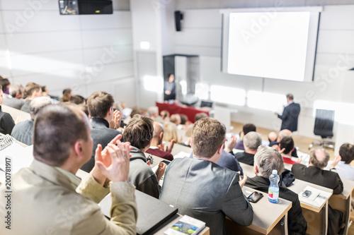 Mówca daje rozmowę w sali konferencyjnej w przypadku zdarzeń biznesowych. Publiczność w sali konferencyjnej. Koncepcja biznesu i przedsiębiorczości. Skup się na nierozpoznawalnych ludziach klaszczących w publiczności.