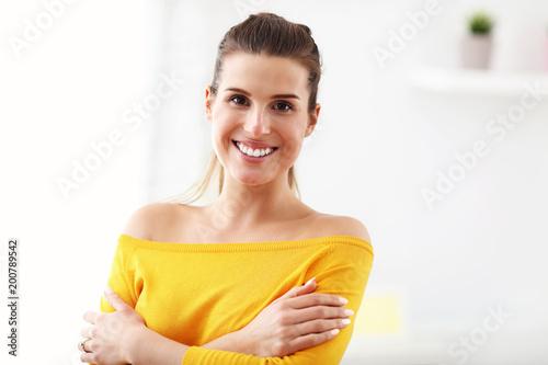 Szczęśliwa kobieta relaksuje w domu