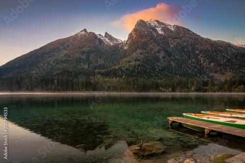 Fotobehang Bruggen Boote am See in den Bergen an einem Morgen im Frühling