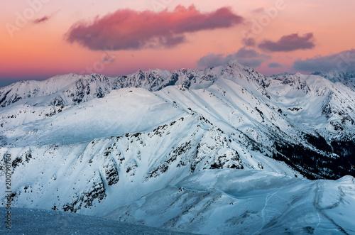 Zimowy sunet w Tatrach, alpejski krajobraz Polski i Słowacji