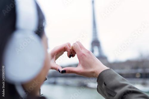 Tylny widok robi kierowemu symbolowi z jego rękami wieża eifla młoda kobieta.