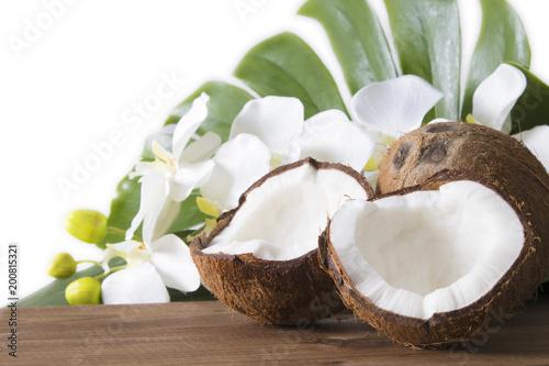 kokosowe otwarte na naturalne na drewnianym dnie