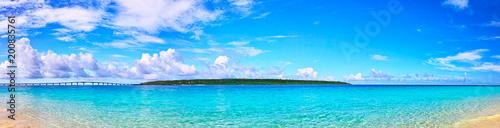 真夏の宮古島。与那覇前浜ビーチから見る来間島(パノラマ)  - 200835761