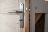 Poignée métallique sur une porte en bois - 200841719