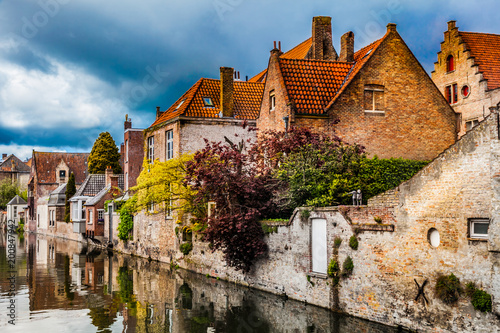 In de dag Brugge Architecture of Bruges city, traditional houses view on the canal