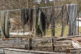 Fischernetze mit altem Holzboot im Vordergrund - 200871790