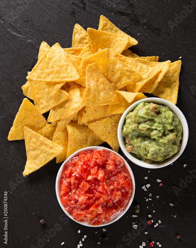 Meksykańskie chipsy nacho i dip salsy