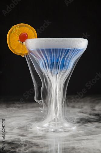 Cocktail with ice vapor on bar desk. - 200874718