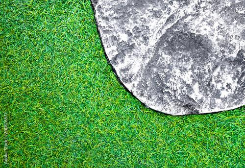 Nawierzchniowa tekstura betonowa przejście podłoga obok plastikowej sztucznej trawy gazon
