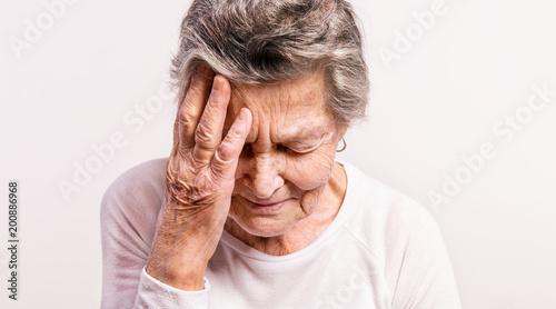 Pracowniany portret starsza kobieta w bólu. Ścieśniać.