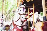 Cheval rétro dans un carroussel - 200892175