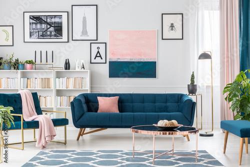 Salon z różowymi detalami