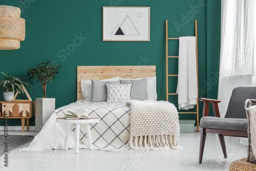 Plakat w zielonym wnętrzu sypialni