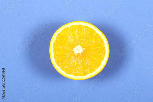 апельсин свежий сочный лежит на столе