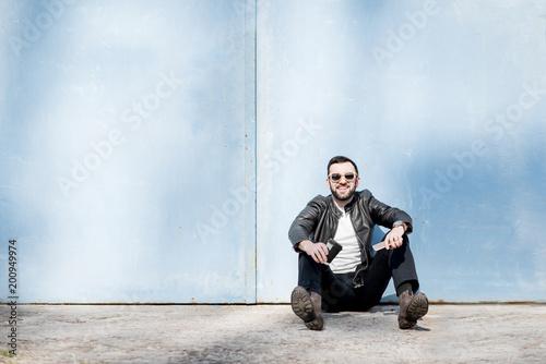 Mężczyzna portret na błękitnym ściennym tle