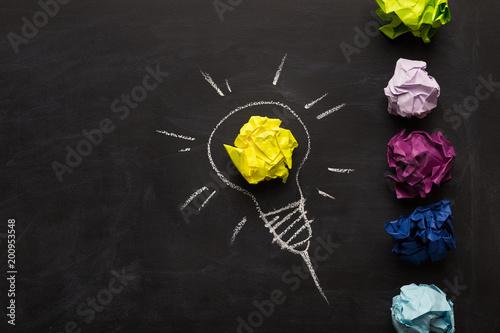 Elektryczna żarówka rysująca na chalkboard z koloru żółtego papierem dla rozjarzonego światła