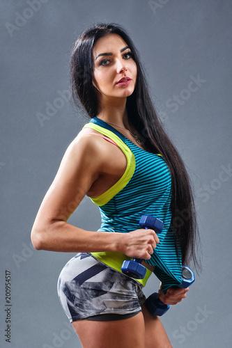 Kobieta z hantle pasuje szczupła abs ciała