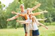 Glückliche Familie und Kinder balancieren