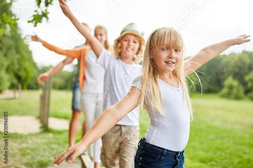 Foto Murales Mädchen mit Familie beim balancieren